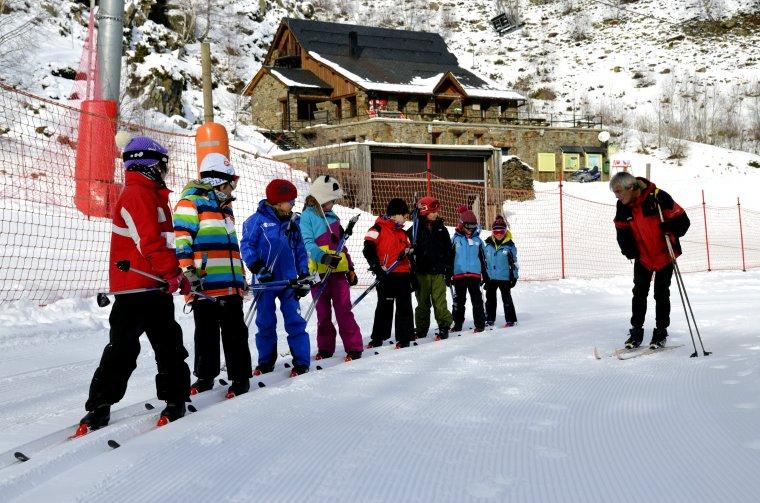 Imatge d'arxiu d'escolars del Pallars Sobirà auna classe d'esquí de fons a l'estació de Tavascan