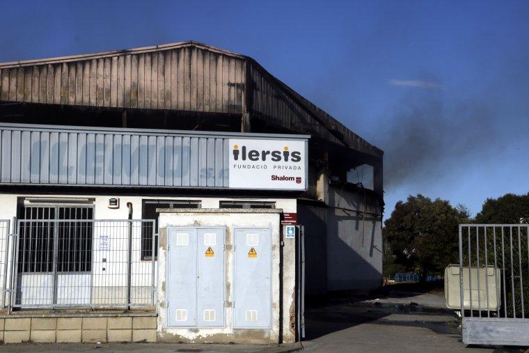 Imatge de l'incendi de la nau de la Fundació Shalom de Lleida que ha cremat de matinada