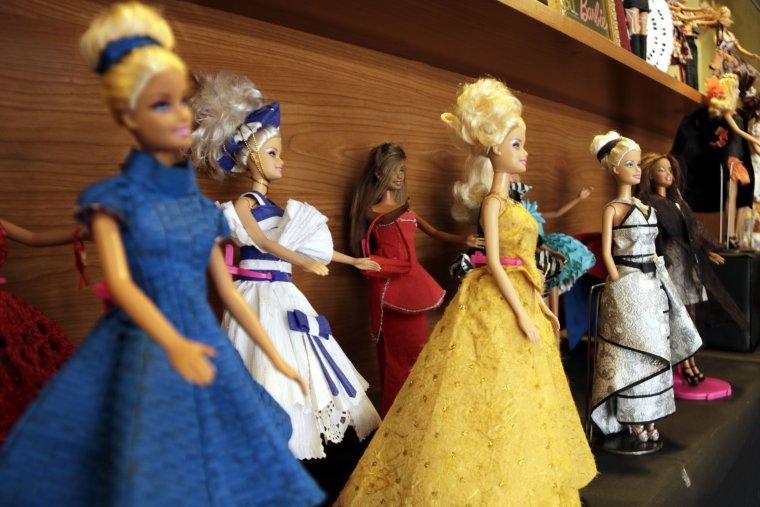 Imatge dels vestits de paper de nina exposats al teatre l'Amistat de Mollerussa