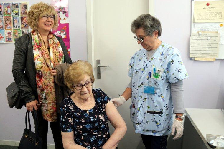 Imatge d'una infermera del CAP Bordeta-Magraners de Lleida després de vacunar de la grip
