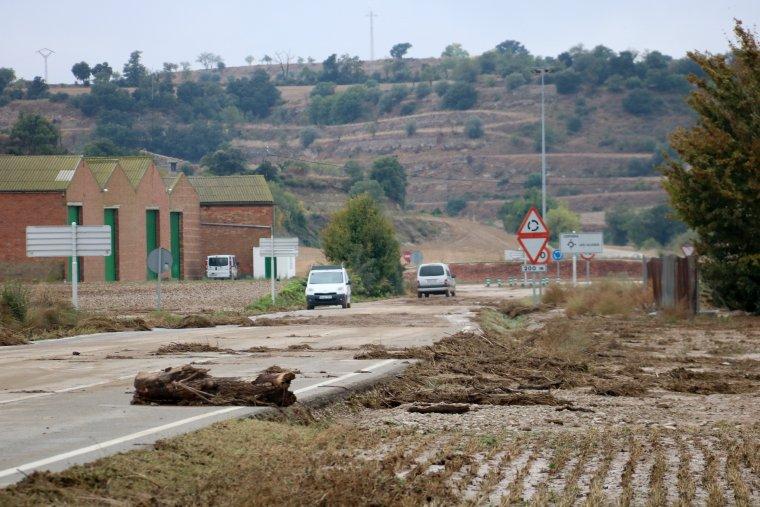 La carretera d'accés a les Oluges, plena de fang i troncs