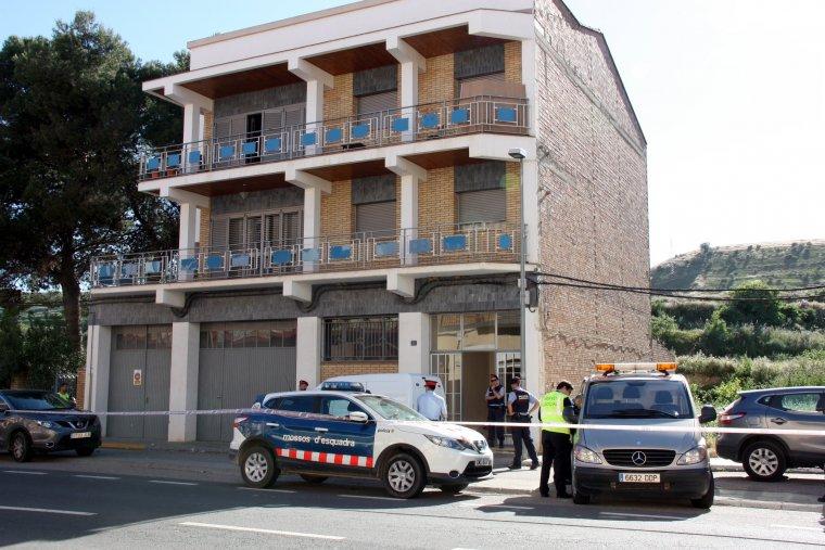 L'edifici on s'ha comès el crim a Alfarràs, a l'última planta, amb els Mossos a l'entrada