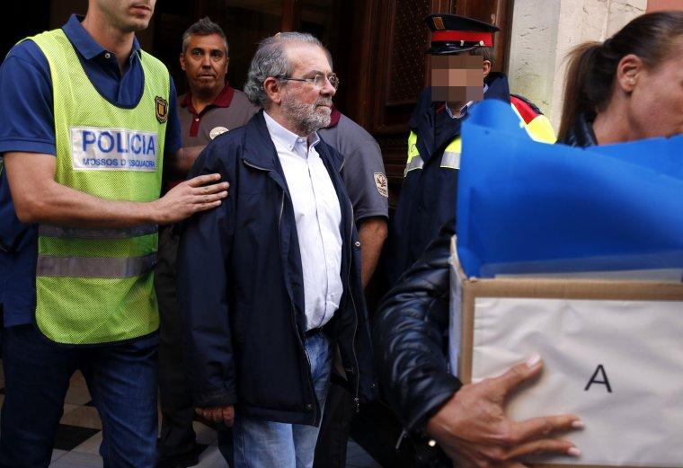 Moment en que els Mossos d'Esquadra s'emporten al president de la Diputació de Lleida detingut cap a comissaria.