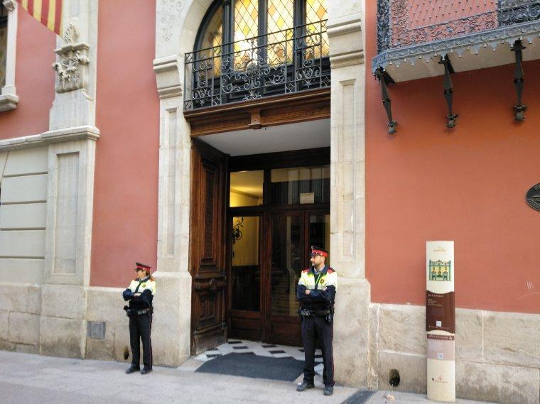 Mossos d'Esquadra custodiant la porta de la Diputació de Lleida.