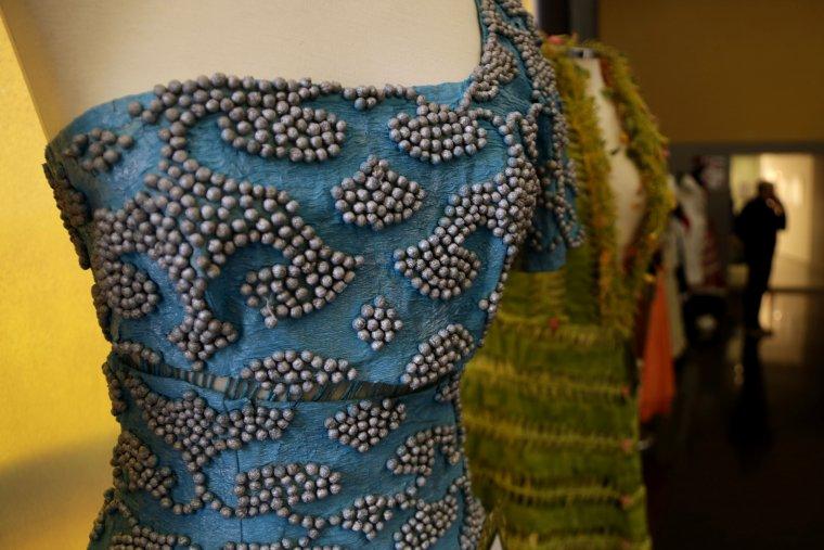 Pla detall d'un dels vestits de paper exposat al Teatre l'Amistat de Mollerussa