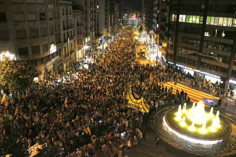 Pla general de la manifestació pel primer aniversari de l'1-O a Lleida, vista des de d'alt, ocupant tota l'avinguda Catalunya