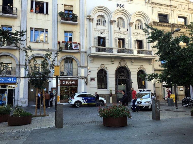 Pla general de l'avinguda Blondel de Lleida on es pot veure la seu del PSC i diversos cotxes de la policia