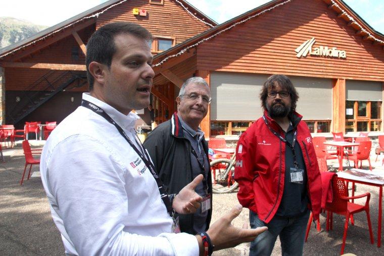 Pla mig del secretari general de l'Esport, Gerard Figueras, amb l'antic director executiu dels Jocs Olímpics, Gilbert Felli, i el president d'FGC, RIcard Font