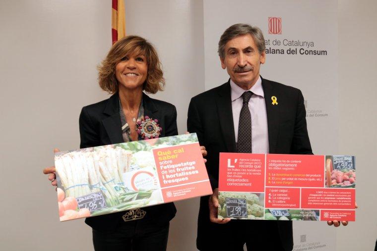 Pla mitjà de la directora de l'Agència Catalana del Consum, Elisabeth Abat, amb el director dels serveis territorials a Lleida d'Empresa i Coneixement, Ramon Alturo