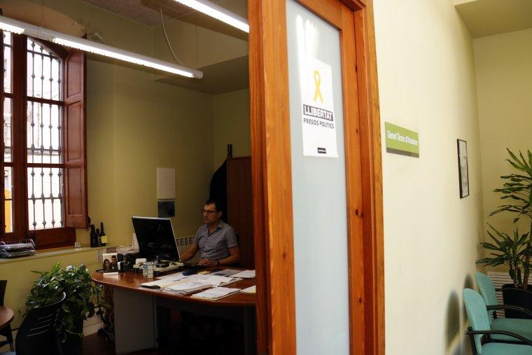 Pla mitjà on es pot veure l'interior d'un despatx de l'Ajuntament de les Borges Blanques
