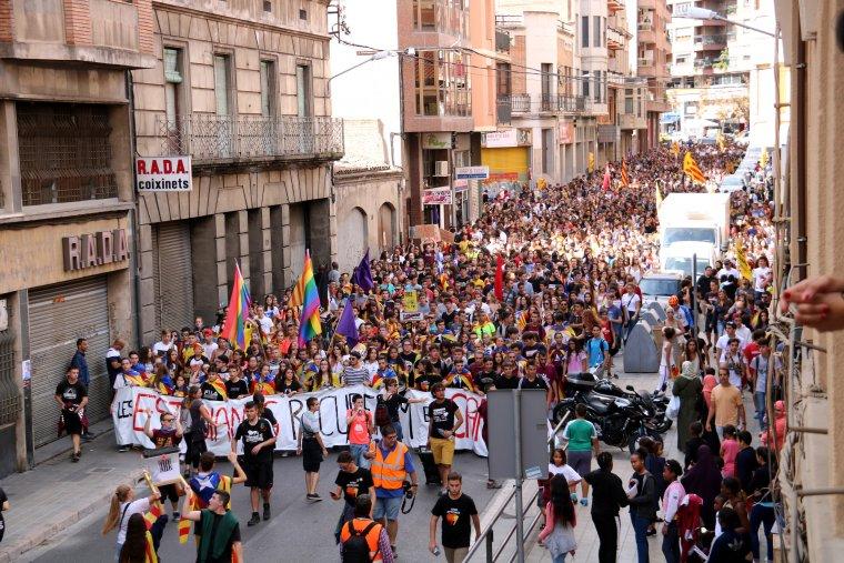 Pla obert de la manifestació d'estudiants a Lleida amb motiu del primer aniversari de l'1-O