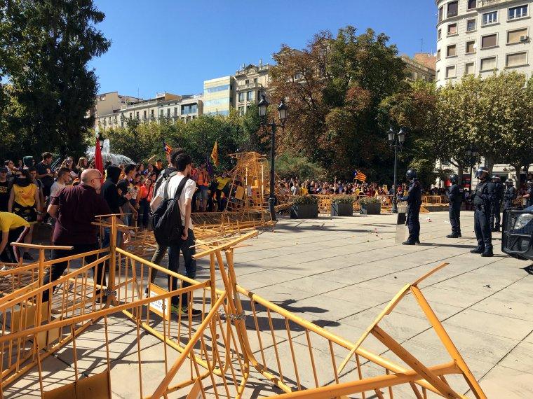 Pla obert on es poden veure les tanques de protecció davant la subdelegació del govern espanyol a Lleida