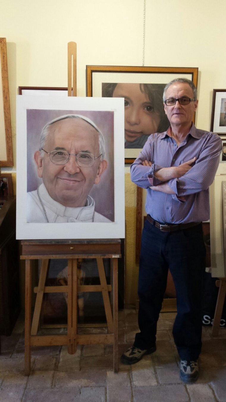 Robert Perez amb una imatge del papa Francesc