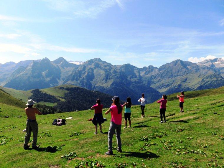 Un grup de persones practicant ioga en plena natura