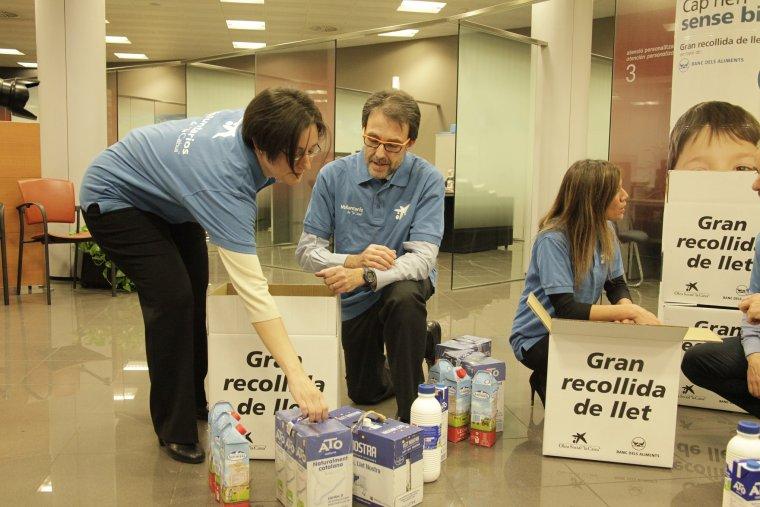 Voluntaris a la recollida de la llet