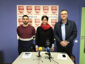 Elena Ferrero i un altre responsable d'Avalot, amb el secretari general de la UGT de les Terres de Lleida, José Luís Aguilà