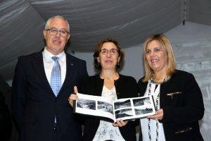 La directora general d'Endesa a Catalunya, Isabel Buesa, entrega a l'alcaldessa de Vilaller, Maria José Erta