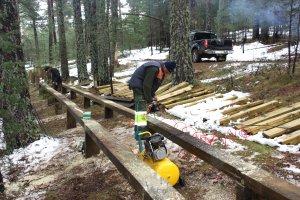Pla general de dos operaris d'Integra Pirineus duent a terme els treballs de construcció d'un nou tram