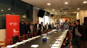 Pla general on es pot veure l'alcalde de Lleida, Fèlix Larrosa, acompanyat de professionals dels mitjans de comunicació