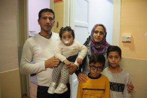 Pla mitjà de la família de refugiats sirians que ha estat acollida en un pis de la Granadella