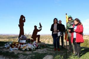 Pla obert on es poden veure les dues vídues dels agents rurals morts a Aspa