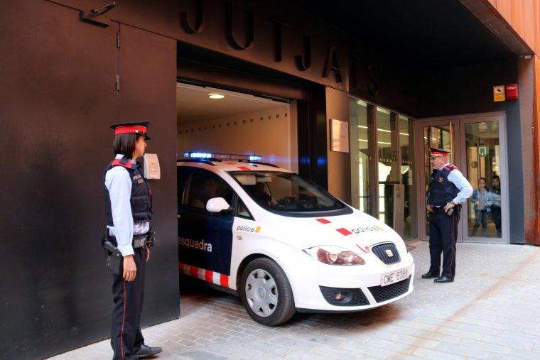El cotxe de Mossos que duia l'acusat de matar la seva mare divendres a Bellvís