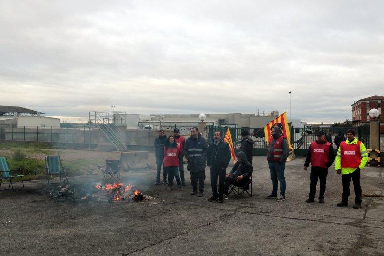 Imatge de representants de CCOO i treballadors davant el centre de treball que Vall Companys té a Lleida