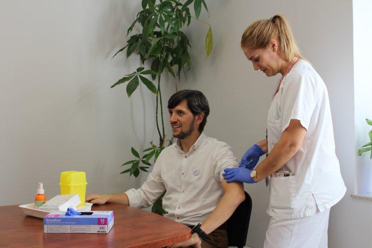 Imatge del delegat territorial de Salut de Lleida vacunant-se