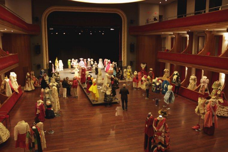 Imatge general de l'exhibició de vestits de paper que atorga a Mollerussa