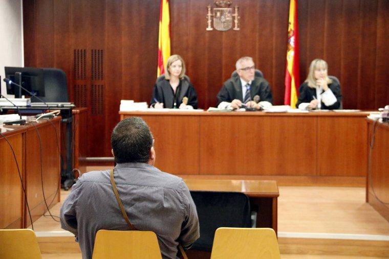 L'acusat d'apropiació indeguda, a l'Audiència de Lleida, amb el tribunal al fons