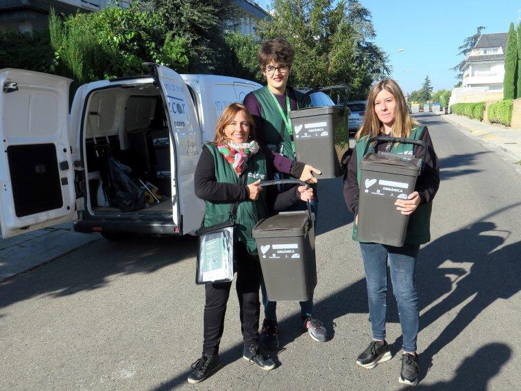 L'equip d'educadores mostra els kits entregats als veïns de Cuitat Jardí i Vila Montcada