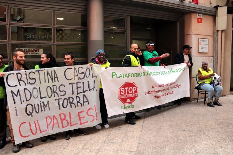 Membres de la PAH protestant a l'exterior del Servei Territorial d'Habitatge a Lleida