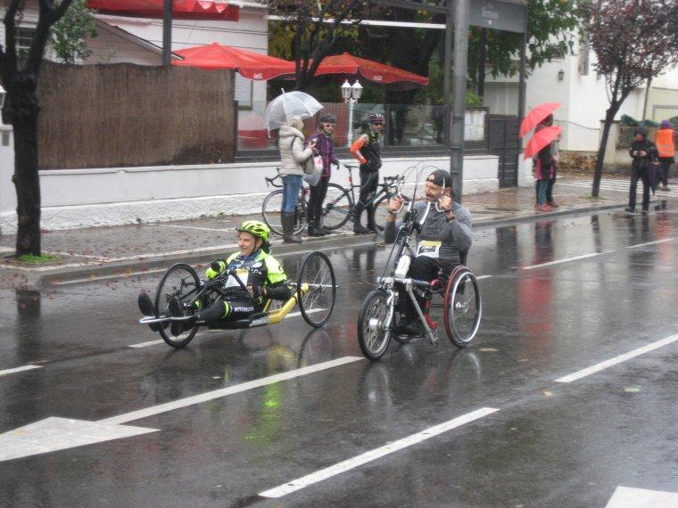 Més corredors de la Mitja Marató de Lleida, en aquest cas, amb cadira de rodes