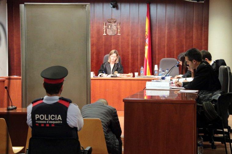 Moment de la declaració de la dona que va sobreviure a l'atac en el crim d'Alfarràs protegida per una mampara