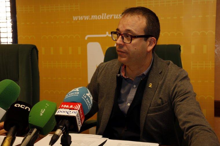 Pla mitjà on es pot veure l'alcalde de Mollerussa, Marc Solsona