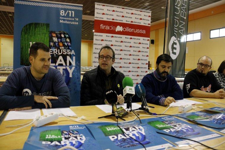 Pla mitjà on es pot veure un moment de la roda de premsa de presentació de l'11a Lan Party de Mollerussa