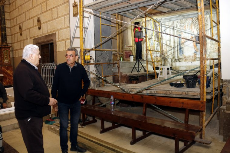 Pla obert on es poden veure l'alcalde de Montgai, Jaume Gilabert, conversant amb el mossèn Ramon Soler