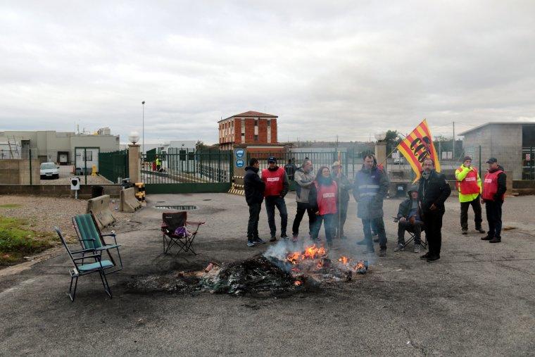 Representants de CCOO i treballadors davant el centre de treball que Vall Companys