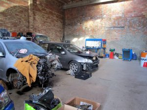 El magatzem que actuava de taller il·legal a la Segarra, amb dos dels vehicles que es reparaven