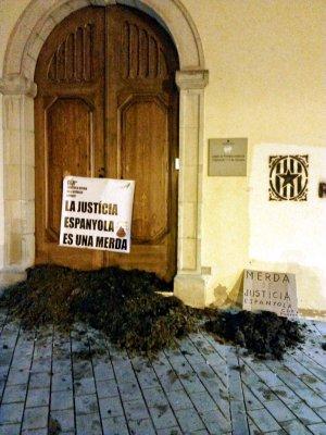 Fems escampats pels CDR i una pancarta, a les portes dels jutjats de Cervera