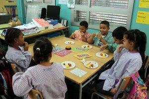 Imatge d'alumnes de l'escola Camps Elisis de Lleida menjant fruita