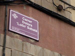 Imatge de la nova placa del carrer Sangenís Bertran substituït pel nou nom carrer Lolín Sabater
