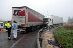 Imatge dels dos camions que han xocat a l'N-240, a la sortida de Lleida