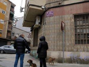 Imatge d'una parella mirant la nova nomenclatura de l'antic carrer Sangenís Bertran, ara, carrer Lolín Sabater