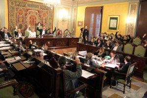 Instant en què els diferents grups de l'Ajuntament de Lleida voten a favor d'aturar els desnonaments