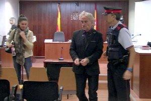 L'acusat Fernando Blanco, sortint esposat de la sala de vistes