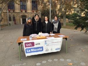 Les voluntàries universitàries a l'esmorzar davant del Rectorat