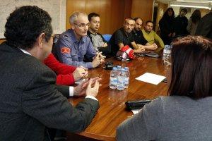 Pla mig de representants dels bombers reunits amb el delegat del Govern a Lleida, Ramon Farré, i la directora territorial d'Interior, Montserrat Meseguer