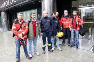 Representants dels bombers davant la delegació del Govern a Lleida
