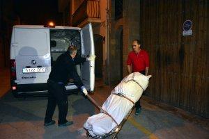 Treballadors de la funerària s'enduen el cadàver de l'home aparegut mort amb signes de criminalitat a Artesa de Segre